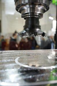 Die Firma Bimatec Soraluce, Limburg a. d. Lahn, zeigt eine Fahrständerfräsmaschine mit aktiver Schwingungsreduzierung, die in der kleinsten Ausführung Teile bis 8 Meter Länge, bearbeiten kann. Hiermit können beispielsweise Strukturbauteile von Kränen bearbeitet werden.