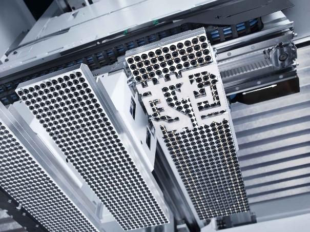 Künstliche Intelligenz analysiert in einem Laservollautomaten die zunächst missglückte, dann aber erfolgreiche Entnahme von geschnittenen Blechteilen und automatisiert die Vorgehensweise mit Hilfe der analysierten Daten.  Foto: Trumpf