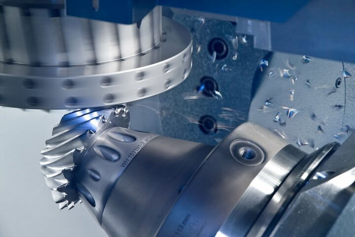 Dry machining has conquered the field of gear manufacturing, as predicted. Cutting speeds are up to 5 times higher than those of wet machining 20 years ago. Photo: Klingelnberg