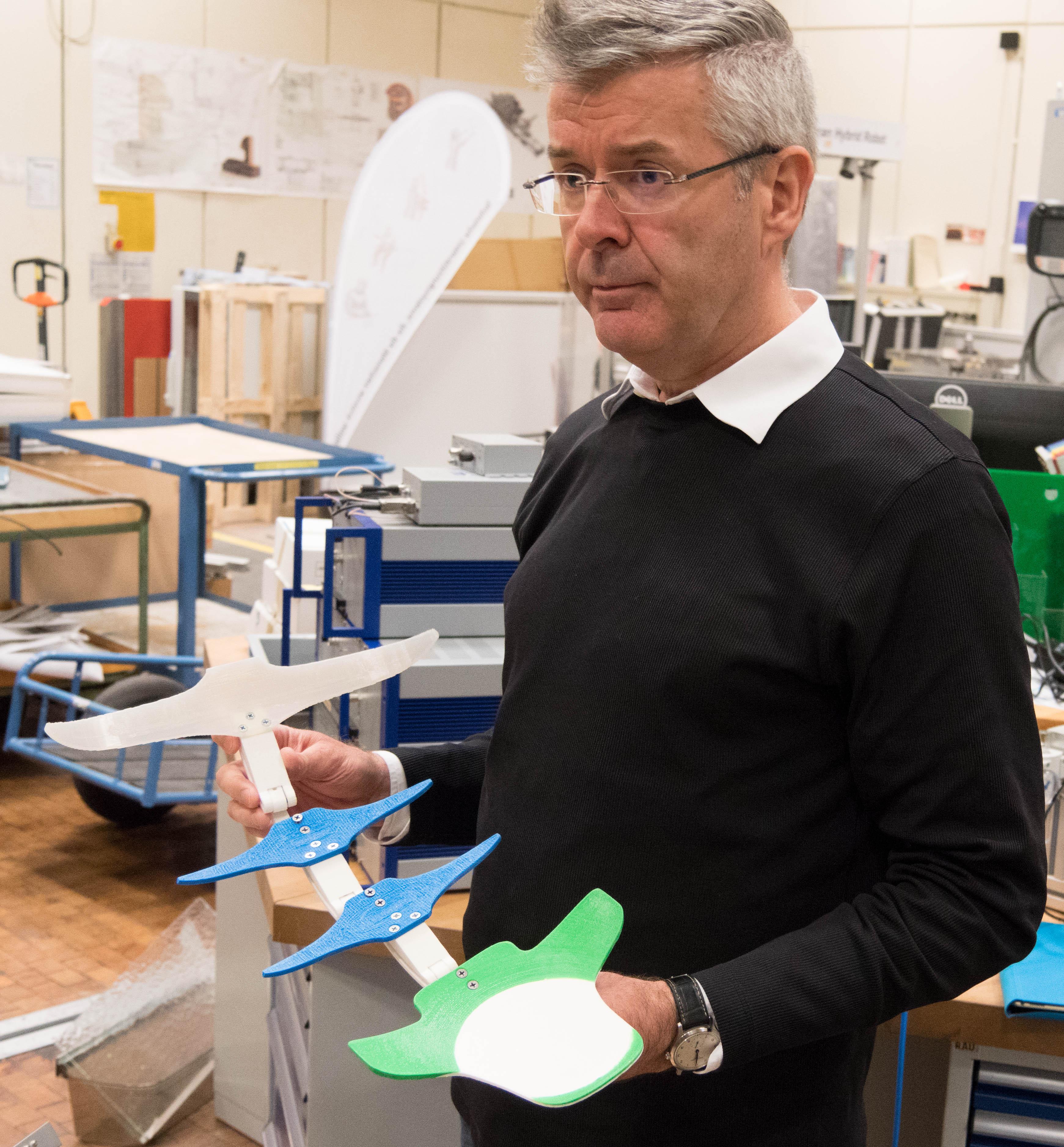 """Jens P. Wulfsberg, Leiter des Laboratoriums Fertigungstechnik (LaFT) an der Helmut-Schmidt-Universität, Hamburg: """"Wir starteten nicht mit dem Ziel Exoskelett, sondern erhielten die Aufgabe, unterstützende Komponenten zu entwickeln."""""""