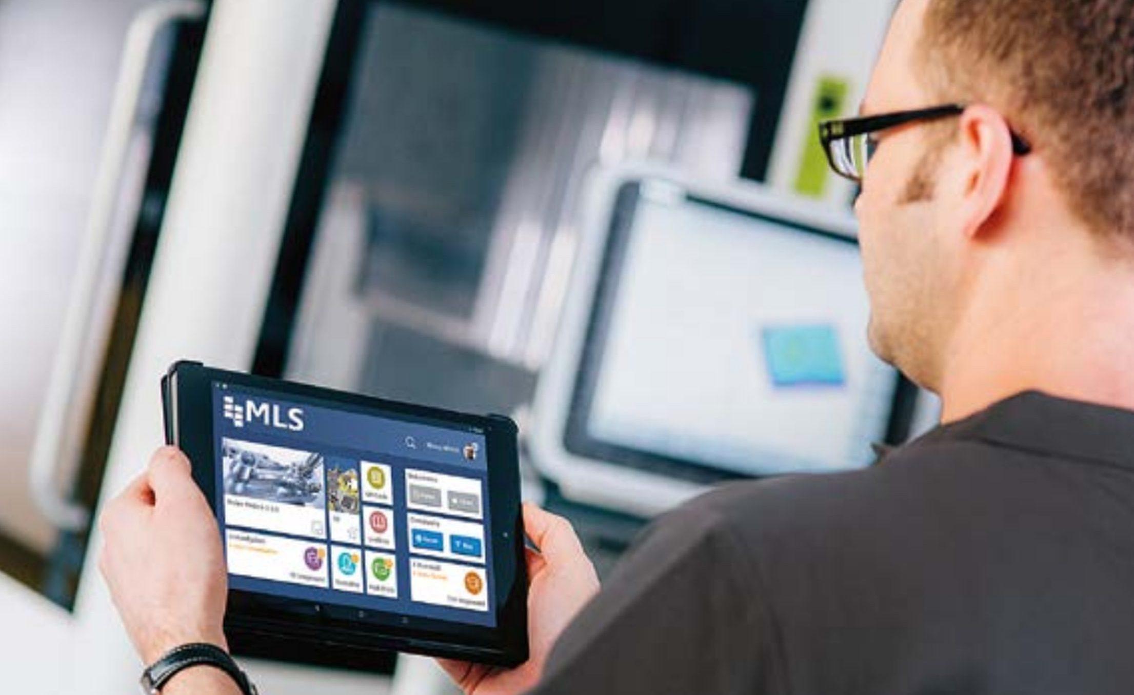 Mobile Learning in Smart Factories ist eine in der jeweiligen Arbeits- und Lernumgebung nutzbare Applikation auf einem Mobilgerät, die über das Internet abrufbare kontextrelevante Informationen didaktisch aufbereitet zur Verfügung stellt.  Foto: Nachwuchsstiftung Maschinenbau gGmbH