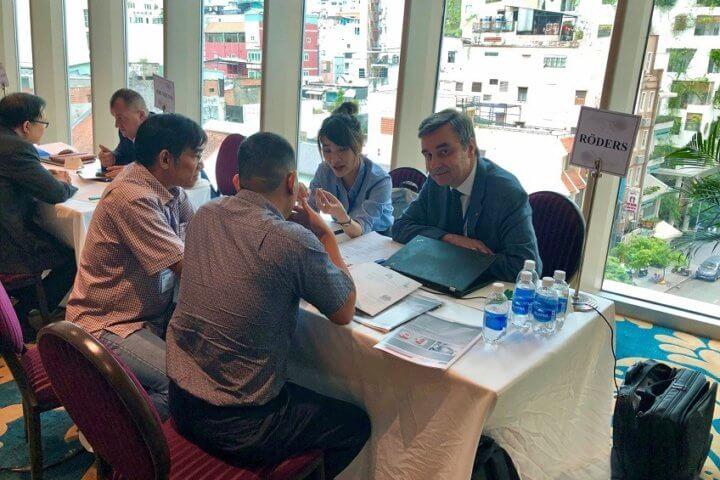 Jürgen Röders, Geschäftsführer der Röders GmbH aus Soltau, war einer der deutschen Unternehmer, die das VDW Technologiesymposium nutzten, um mit vietnamesischen Kunden in den direkten Dialog zu treten und neue Geschäftsbeziehungen zu knüpfen. Quelle: Kuhnmünch, VDW