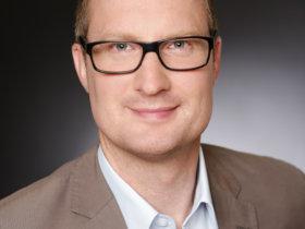 """Daniel Meuris bei der Klingelnberg, Hückeswagen: """"Produktionsmittel liegen als digitale Zwillinge in einer zentralen Datenbank vor, die während und nach der Verzahnung mit Produktionsdaten erweitert wird."""" Foto: Klingelnberg"""