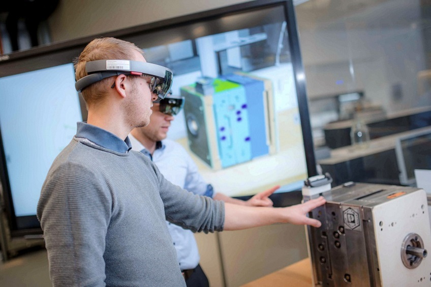 Employees and customers receive user-specific data, for example via augmented reality. This allows any substandard work arising from false interpretation and resulting errors to be reduced to a minimum. Photo: Phoenix Contact