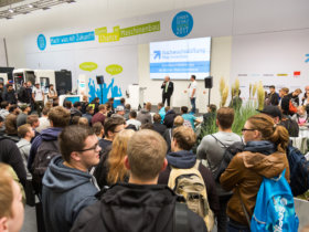 Die Sonderschau Jugend auf der EMO Hannover ist ein attraktiver Anziehungspunkt für den gewerblichen Nachwuchs sowie Lehrer und Ausbilder. Quelle: Nachwuchsstiftung Maschinenbau