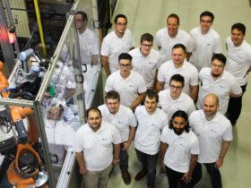 Rund 15 Mitarbeiter arbeiten bei der drag and bot GmbH aus Stuttgart an einer Software zur einfachen und herstellerunabhängigen Programmierung von Industrierobotern.