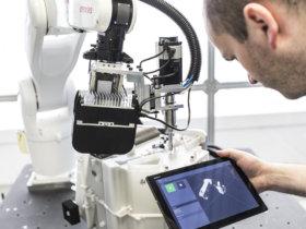 Innovative Lösung im Einsatz: Schrauben mit drag&bot am Tablet.