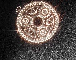 Langzeitbelichtung eines Planetengetriebes im Entstehungsprozess: In einem Metallpulverbett wird das Bauteil mit einem Laser Schicht für Schicht aufgebaut. Foto: Fraunhofer ILT, Aachen
