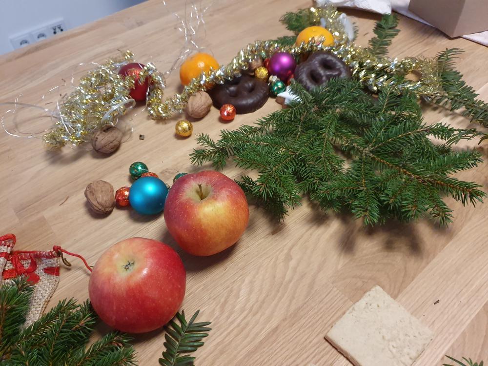 Ein Diorama entsteht: Zweige, Obst, Nüsse, eine Lichterkette und weihnachtliches Dekomaterial bilden die Kulisse für die Fotografien. (Dr. Stefan Schwaneck)