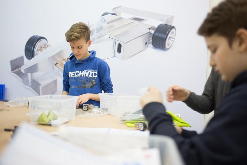 Junge Besucher können am Stand der Sonderschau Jugend die spannenden Berufe des Maschinenbaus praxisnah entdecken und neueste Technologien live erleben. Foto: Messe Düsseldorf / ctillmann