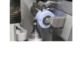 Arbeitsraum einer Verzahnungsschleifmaschine: In den großen Schleifwerkzeugen beispielsweise für das Wälzschleifen können sehr große Rotationsenergien stecken, die bei Bruch des Schleifkörpers schwerste Verletzungen der Maschinenbediener hervorrufen könnten. Foto: Kapp