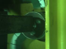 Eine berstende Schleifscheibe im Arbeitsraum einer Werkzeugmaschine. Foto: IWF TU Berlin