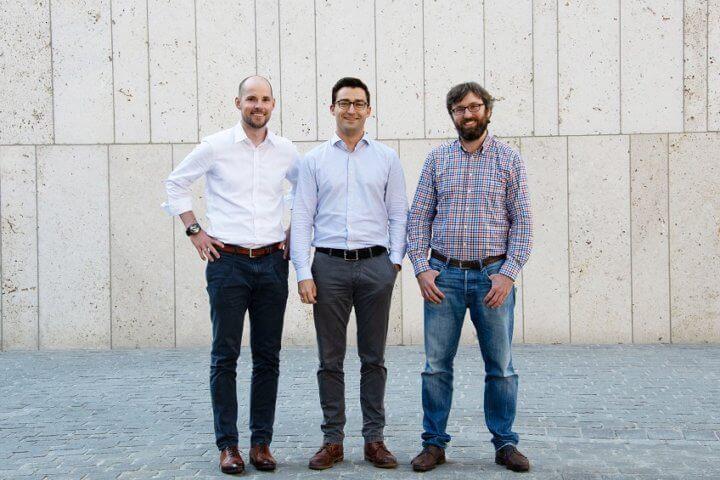 Dr. Johannes Schmalz (links) und Dr. Markus Westermeier (Mitte) entwickelten die Idee zu Spanflug nach Ihrer Promotion am iwb der TU München und gründeten das Unternehmen im Januar 2018 gemeinsam mit Dr. Adrian Lewis (rechts).