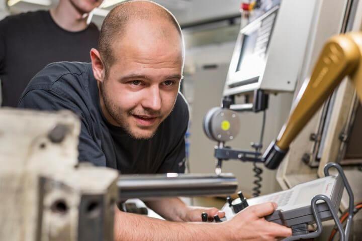 Im Zentrum stehen Schleifmaschinen und Schleifmittel, aber auch das gesamte Produktionsumfeld der Schleiftechnik wie relevante Softwaretools, Prozessperipherie sowie die erforderlichen Mess- und Prüfsysteme für alle Qualitätsmanagement-Prozesse rund um das Schleifen.